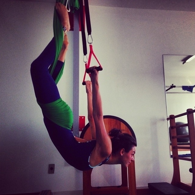 14.nov.2013 - Isis Valverde exibiu elasticidade em aula de pilates. A atriz recentemente foi envolvida nos rumores da separação de Cauã Reymond e Grazi Massafera. Isis foi apontada como pivô da crise no casamento dos artistas