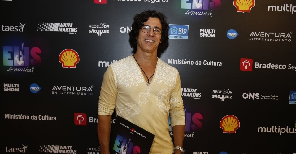 """14.nov.2013 - Leonardo Brício prestigiou a exibição do musical """"Elis, A Musical"""", no Rio"""