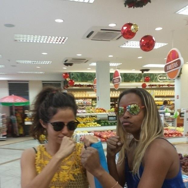 14.nov.2013 - Nanda Costa e Roberta Rodrigues se esbarraram em um mercado e simularam uma briga
