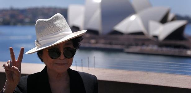 """14.nov.2013 - Yoko Ono mostra gesto de paz em frente à Sydney Opera House no lançamento da exposição """"A Guerra Acabou (Se Você Quiser)"""" no Museu de Arte Contemporânea de Sydney, na Austrália - Reuters"""