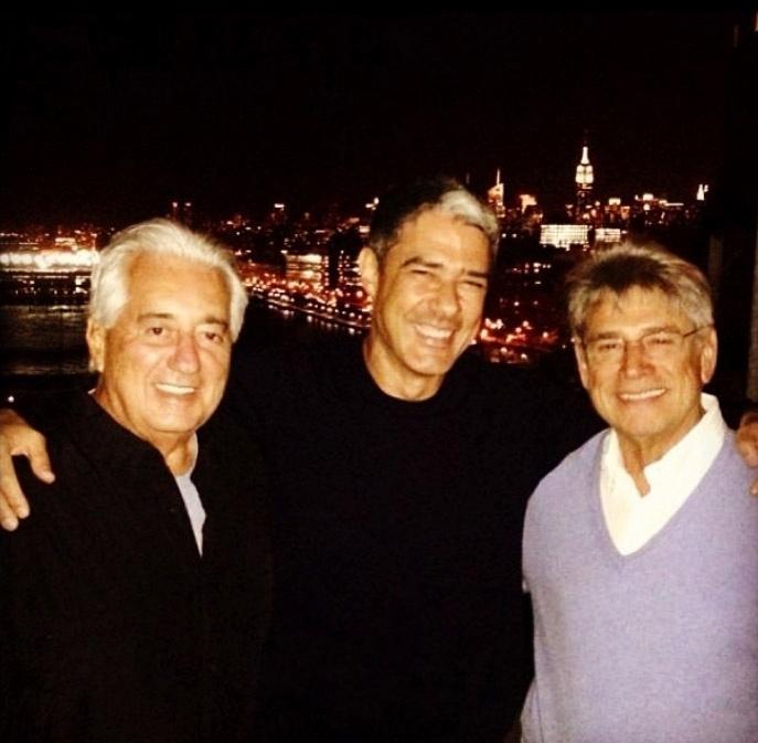 """Bonner com  colegas do jornalismo em Nova Iorque. """"#emmynominees Chico José e Sérgio Chapelin em NYC para representar o Globo Repórter. O tio pelo JN"""", escreveu ele"""