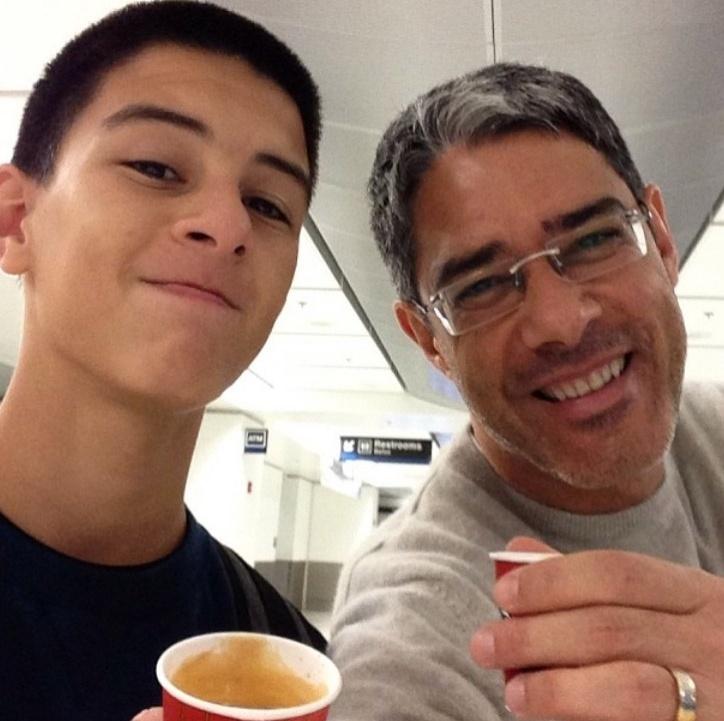 """Bonner com o filho, Vinicius. """"Expresso duplo com o parceiro, pra acordar. O tio vive há 23 anos no Rio, mas é paulista. Cafezinho no aeroporto é tradição da terra"""", escreveu ele no Instagram"""