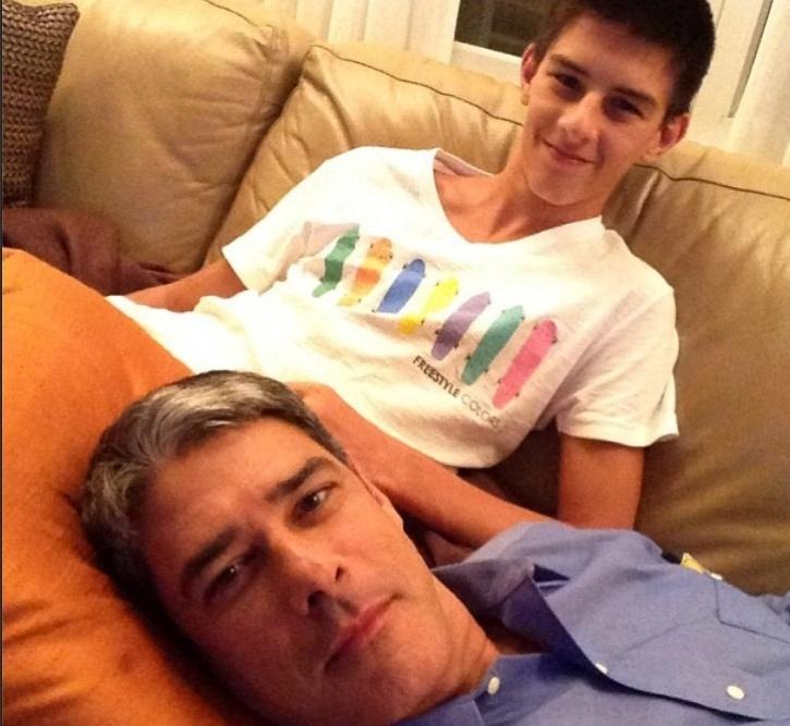 Bonner descansa no colo do filho Vinicius