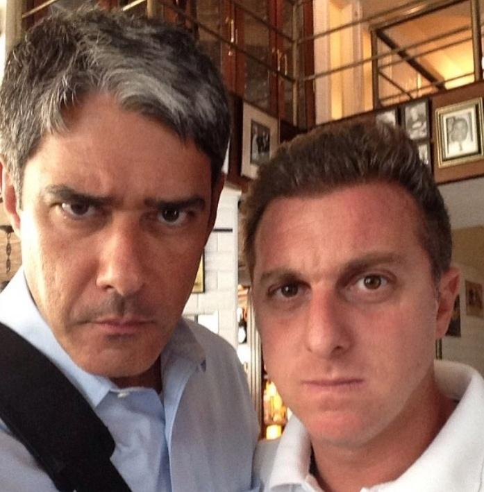 Bonner e Luciano Huck posam com cara de mau
