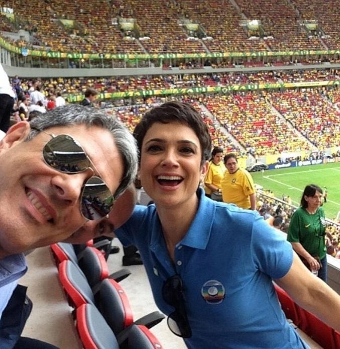 Bonner e Sandra Annenberg, descontraídos, durante o jogo do Brasil e Japão na Copa das Confederações, em junho deste ano