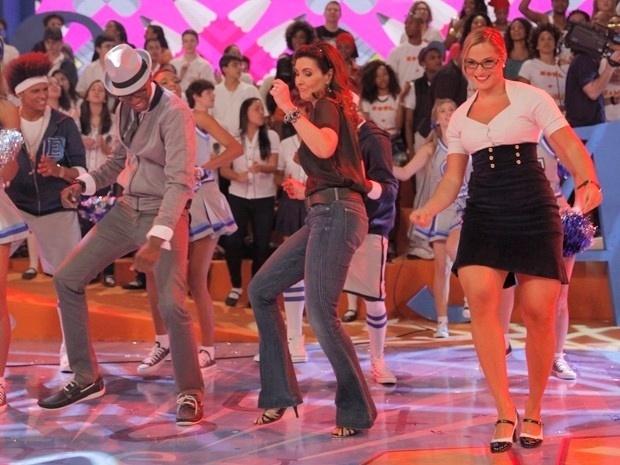 """Como se não bastasse dançar durante a semana no """"Encontro"""", Fátima Bernardes também mostrou seu gingado no """"Esquenta"""", de Regina Casé. No programa do dia 2 de outubro de 2013, a apresentadora dançou e relembrou sua fase escolar"""