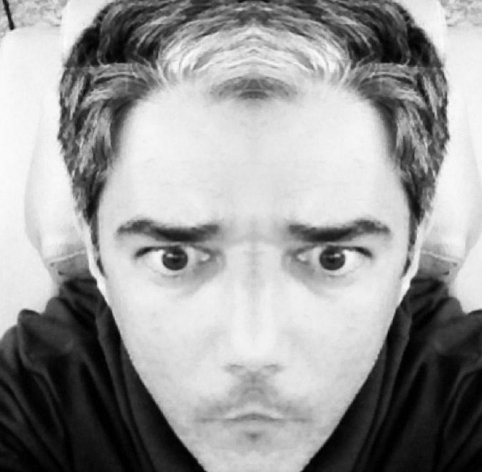 """""""E se a gente fosse simétrico?"""", escreveu o jornalista em seu Instagram na legenda da foto com efeito"""
