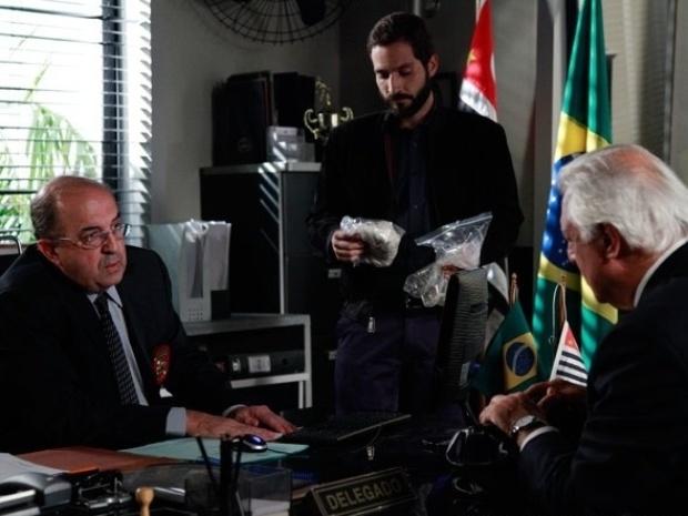"""Em """"Amor à Vida"""", César pede comparação das digitais de Félix com as da echarpe de Paloma"""