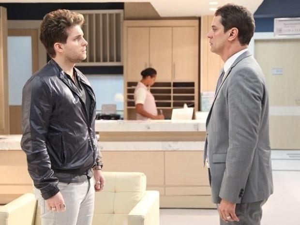 """Em """"Amor à Vida"""", Niko convence Eron a dizer que ainda são um casal para não perder Jayminho"""