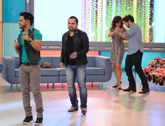 """No """"Encontro"""" do dia 5 de junho de 2013, Fátima Bernardes recebeu o ator Caio Castro e os cantores Zezé Di Camargo e Luciano. Quando a dupla cantou, a apresentadora aproveitou para dançar ao lado do médico Michel de """"Amor À Vida"""""""
