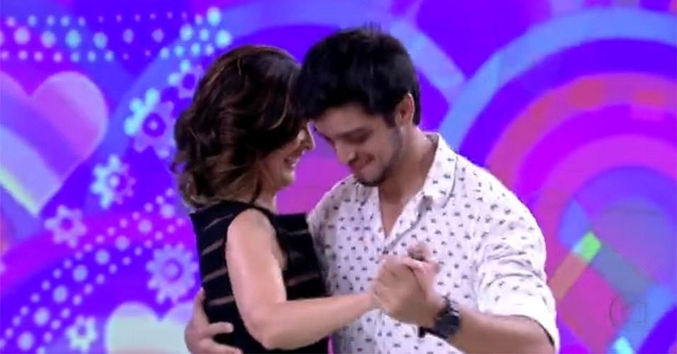 """No """"Encontro"""" que foi ao ar no dia 14 de setembro de 2013, o palco do programa virou um verdadeiro salão de dança e Fátima Bernardes fez par com o ator Rodrigo Simas. Os dois dançaram forró"""
