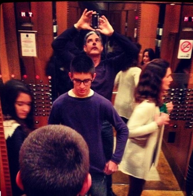 """O jornalista gosta de tirar fotos de tudo, inclusive da família em momento de distração. """"Reações individuais diante dos espelhos de um elevador"""""""
