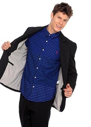 Uma forma de aderir a alfaiataria casual é usar um blazer de algodão combinado com camisa xadrez de tons fortes - Divulgação