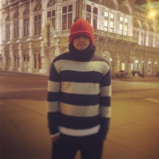 """13.nov.2013 - Bruno Gissoni grava cenas de """"Em Família"""", próxima novela das 21h, em Viena, na Áustria. O ator reclamou do frio. """"Será que está frio?"""", escreveu na legenda da imagem que postou em seu Instagram. Ele entrará na segunda fase da trama escrita por Manoel Carlos"""