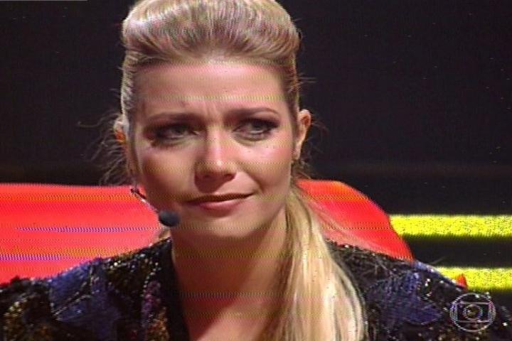"""14.nov.2013 - Luiza Possi se emociona na segunda noite de batalhas do """"The Voice Brasil"""""""