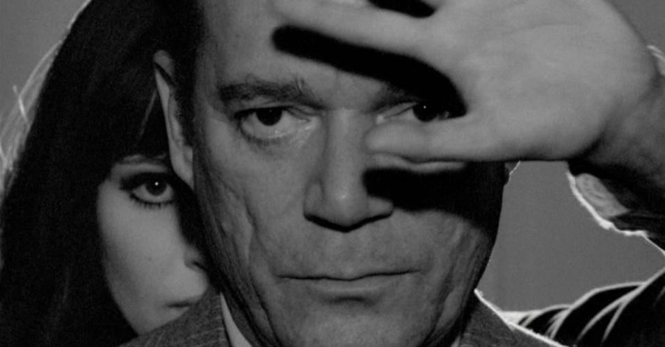 """""""Alphaville"""" (1965) - Na história distópica de Jean-Luc Godard, estrelada por Eddie Constantine e Anna Karina, o agente Lemy Caution é enviado à uma cidade futurista para tentar destruir o computador Alpha 60, que aboliu os sentimentos da população. Vinte anos depois do filme, o nome da cidade voltou à cena com a banda alemão de synthpop Alphaville, dos sucessos """"Forever Young"""" e """"Big in Japan"""""""