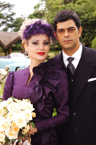 """De olho no dinheiro de Rafael (Eduardo Moscovis), Cristina (Flávia Alessandra) inventa que está grávida e consegue se casar com o florista em """"Alma Gêmea"""""""