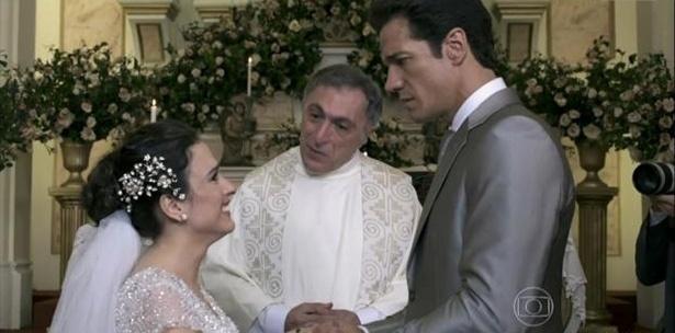 """Em """"Amor à Vida"""", de olho no dinheiro de Ignácio (Carlos Machado), Valdirene (Tatá Werneck) aceita se casar com ele e ainda mente dizendo que está esperando um filho dele. O casamento não dá certo no primeiro momento, mas depois o """"Milho"""" vai atrás da periguete e eles reatam. Valdirene, entretanto, mantém um caso com Carlito (Anderson Di Rizzi)"""
