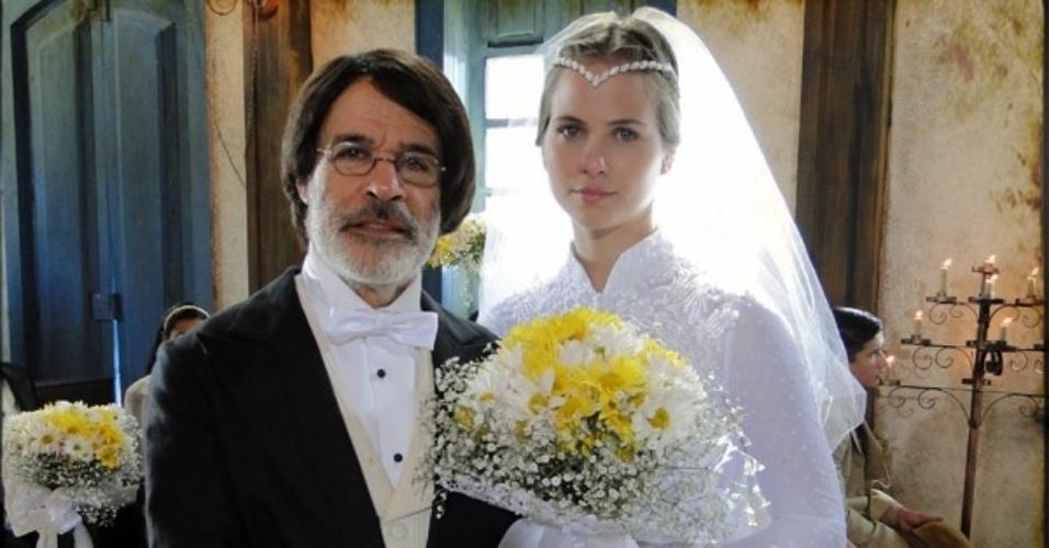 """Em """"Cordel Encantado"""", Timóteo (Bruno Galiasso) pede ajuda para Batoré (Osmar Prado) para acabar com a vida de Jesuíno (Cauã Reymond) e em troca entrega Antônia (Luiza Valdetaro) para se casar com o delegado"""
