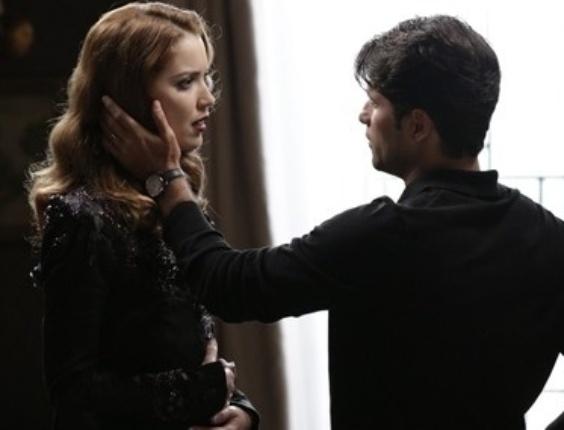 """Em """"Joia Rara"""", Sílvia faz cena para impedir Franz de deixar a mansão"""