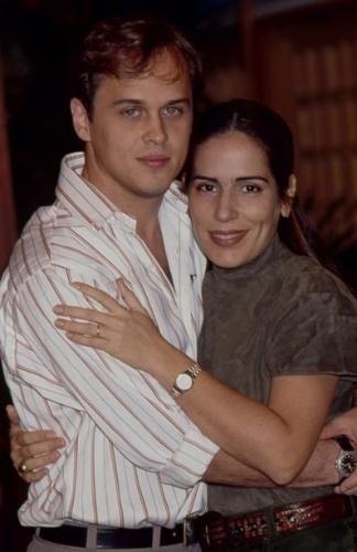 """Em """"Mulheres de Areia"""", de olho no dinheiro da família e ambiciosa, Raquel (Glória Pires) se casa com Marcos (Guilherme Fontes) e separa o empresário de sua irmã Rute (Glória Pires)"""