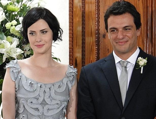 """Em """"Passione"""", Melina (Mayana Moura) se casa com Mauro (Rodrigo Lombardi), por quem sempre foi apaixonada. Mas o rapaz só casa com Melina para afastar Fred (Reynaldo Gianecchini) da família Gouveia, com medo de que ele destrua Bete (Fernanda Montenegro), que ele considera uma mãe"""