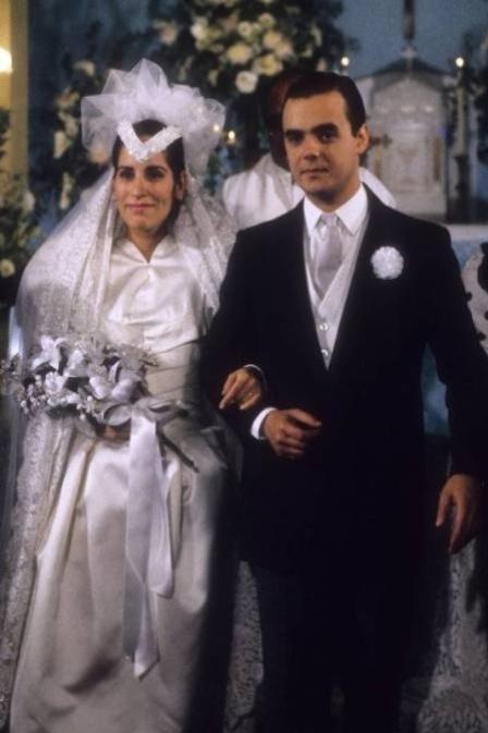 """Em """"Vale Tudo"""", Maria de Fátima (Glória Pires) se casa com Afonso (Cássio Gabus Mendes), depois de tirá-lo de Solange (Lídia Brondi). Ambiciosa, Maria de Fátima só pensava em dar dar o golpe do baú"""