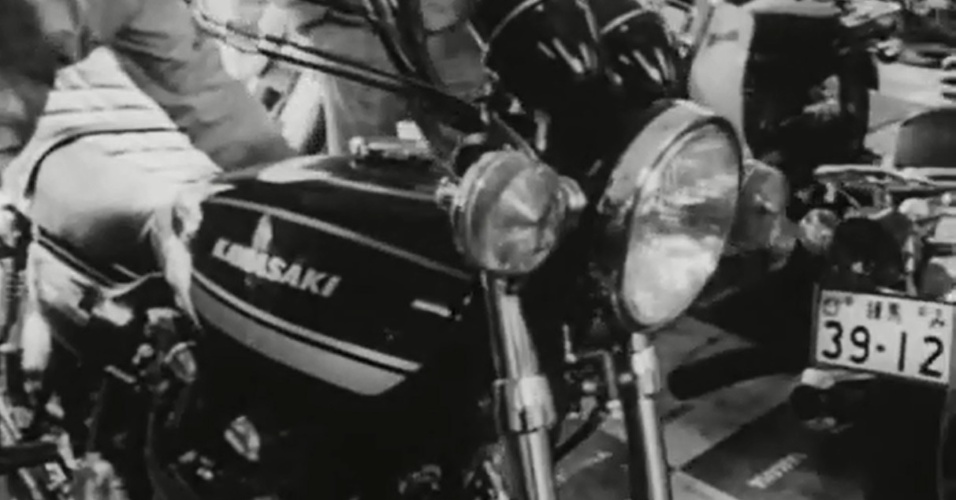 """""""God Speed You! Black Emperor"""" (1976) - O documentário japonês de 1976, dirigido por Mitsuo Yanagimachi, acompanha um grupo de motoqueiros com tendências nazistas pelas ruas de Tóquio, os """"Black Emperors"""". Filmado em preto e branco, originou a cultuada banda canadense de post-rock God Speed You! Black Emperor"""