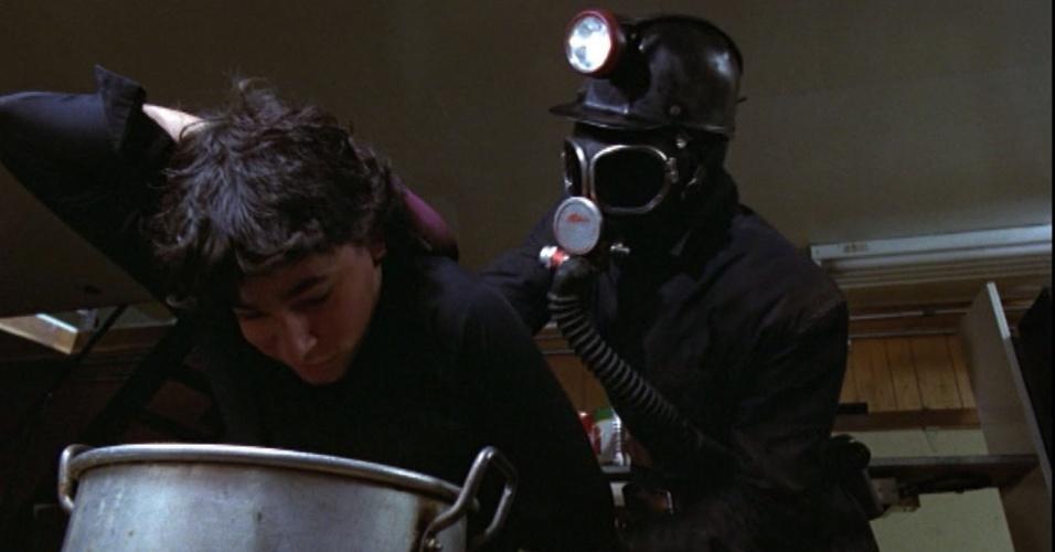 """?My Bloody Valentine? (1981) ? O terror """"b"""" canadense """"My Bloody Valentine"""" segue a esteira de filmes como """"Halloween"""" e """"Sexta-Feira 13"""". A história trata das consequências de um terrível assassinato em massa de 22 pessoas, em pleno Dia dos Namorados.Famoso por ter tido cerca de 9 minutos de cenas violentas censuradas, o longa inspirou a banda de rock alternativo irlandesa de mesmo nome"""