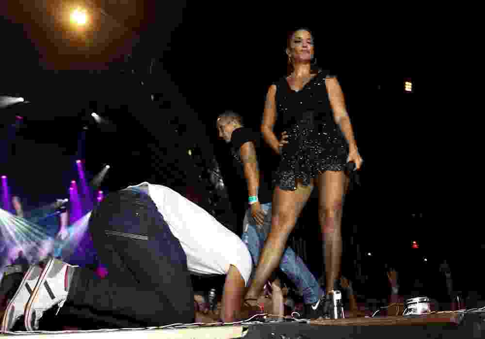 15.nov.2013 - Fã beija os pés de Ivete Sangalo em show durante o Caldas Country - Cláudio Augusto/Photo Rio News