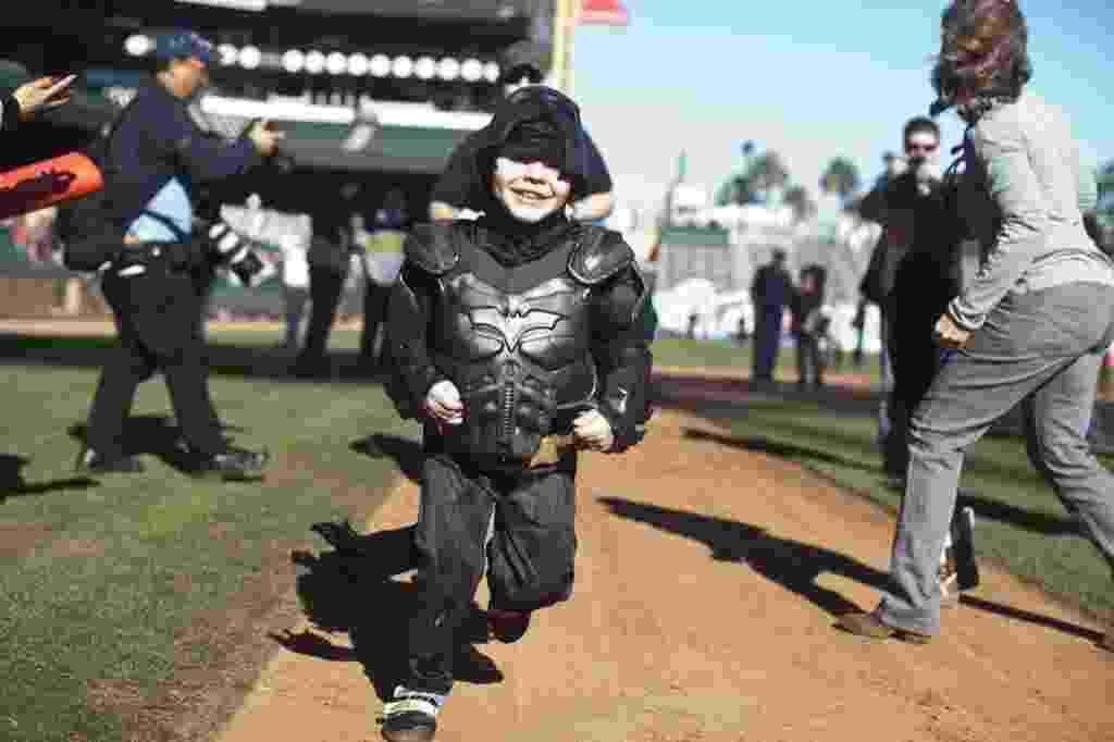 15.nov.2013 - Garoto vive Batman por um dia em San Francisco - Ramin Talaie/Getty Images/AFP