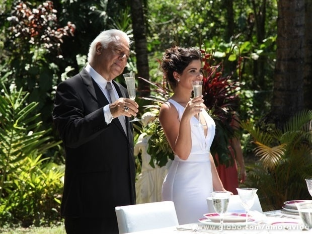 16.nov.2013 - Aline vê Pilar escondida e chama para brindar no casamento