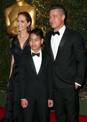 Angelina Jolie e Brad Pitt, com o filho mais velho, Maddox, em foto de 2013 - AFP