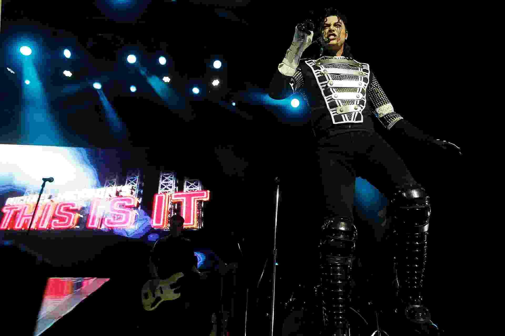 """17.nov.2013 - Espetáculo """"This is It"""" recria a trajetoria do rei do pop, Michael Jackson, com coreografias e apresentações de cantores que recordam os grandes sucessos da carreira do cantor - Reinaldo Canato/UOL"""