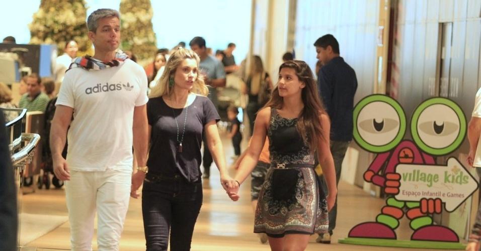 17.nov.2013 - Otaviano Costa, Flávia Alessandra e a filha, Giulia, de 13 anos, aproveitam a noite deste domingo (17) para passear no shopping. Os três foram clicados enquanto circulavam pelo Shopping Village Mall, na Barra da Tijuca, Zona Oeste do Rio