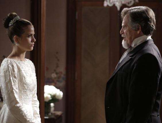 """Em """"Joia Rara"""", pronta para subir ao altar, Hilda conversa com seu pai"""