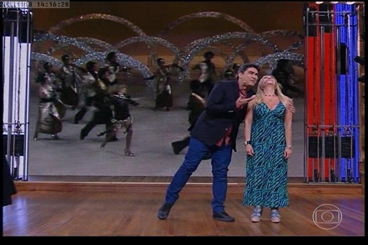 18.nov.2013 -  A atriz Susana Vieira dança ao lado do apresentador Zeca Camargo na estreia do novo formato do Vídeo Show
