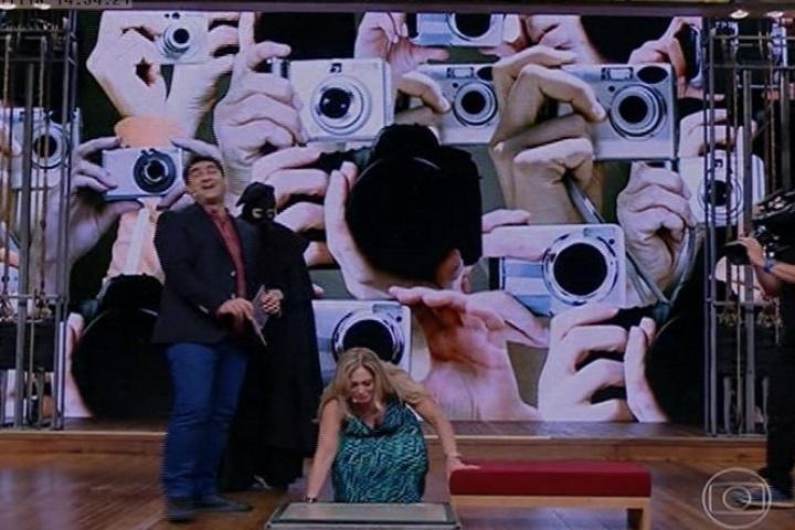 """18.nov.2013 - Depois de dançar e relembrar sua carreira na TV, inclusive seus diferentes tipos de cabelo, Susana Vieira gravou seu nome na """"calçada da fama do 'Vídeo Show'"""""""