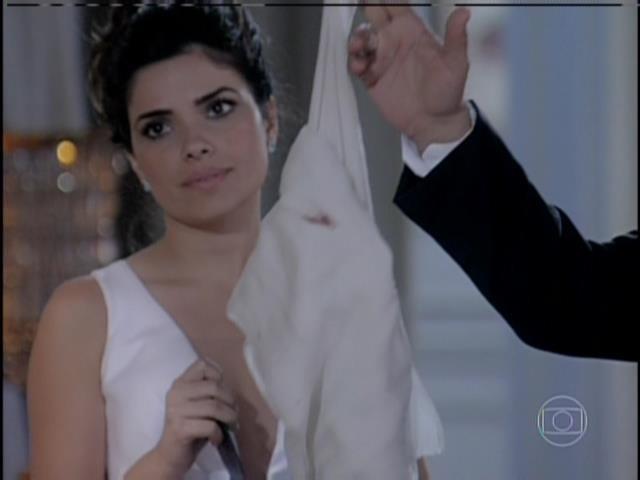Aline e César mostram roupa de Paloma suja com sangue de Paulinha