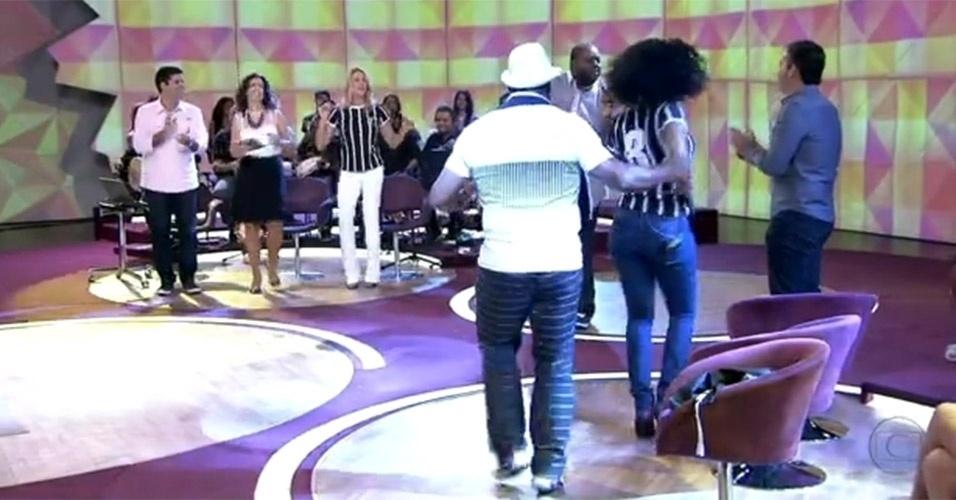 """Ao som do cantor Péricles, Fátima Bernardes participou da """"dança do bole-bole"""" no """"Encontro"""" exibido no dia 12 de dezembro de 2012"""