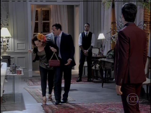 Bruno chama Márcia e Efigênio para contarem o que sabem