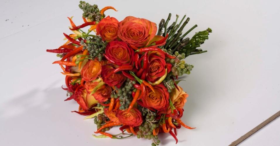Buquê com rosas e pimentas; da Flor & Forma (www.floreforma.com.br), por R$ 380. Disponibilidade e preço pesquisados em janeiro de 2014 e sujeitos a alteração