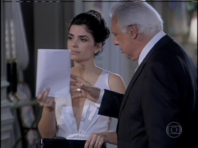 César e Aline mostram laudo que afirma que impressões digitais de Félix estavam na echarpe