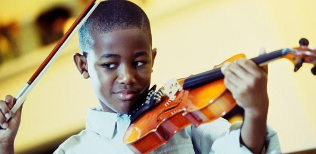 Estudo mostra que iniciar os estudos musicais na infância transforma o cérebro, e essa alteração pode significar avanços cognitivos no futuro - Getty Images
