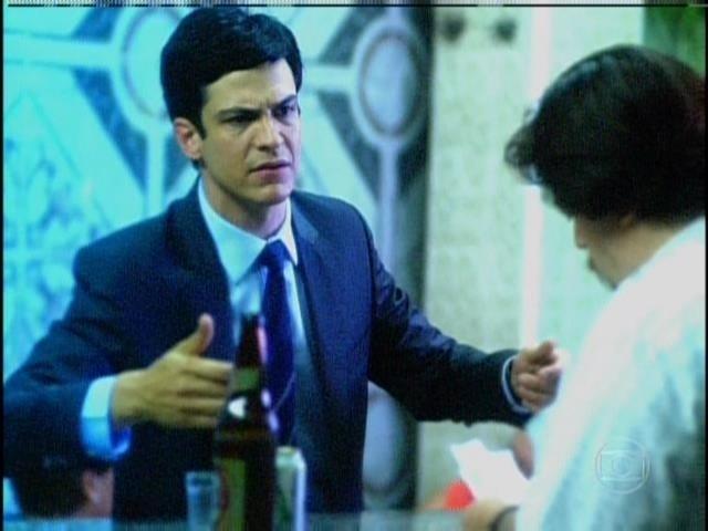 Efigênio relembra quando Félix foi ao bar atrás de Paloma e Ninho