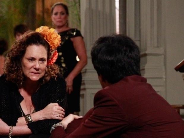 """Em """"Amor à Vida"""", Márcia fica ao lado de Félix, após todos descobrirem que ele raptou Paulinha"""