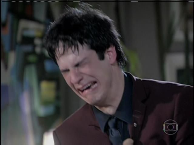 Félix chora sozinho na sala