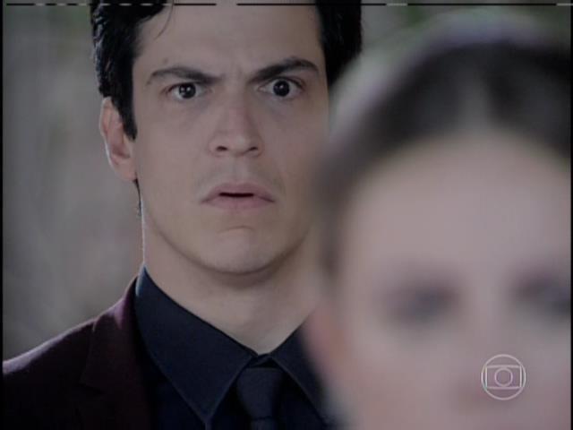 Félix fica assustado ao ouvir César acusá-lo de ter roubado Paulinha
