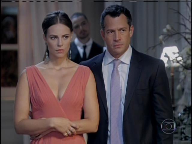 Paloma e Bruno indagam a César sobre o assunto que ele quer falar