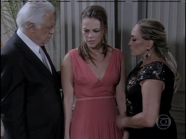 Paloma é consolada por Pilar e César e diz que foi importante saber a verdade